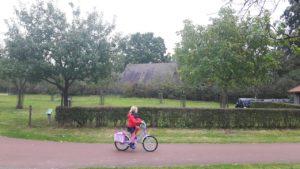 boomgaard-meisje-fiets